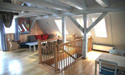 Der Wohnraum im Dachgeschoss